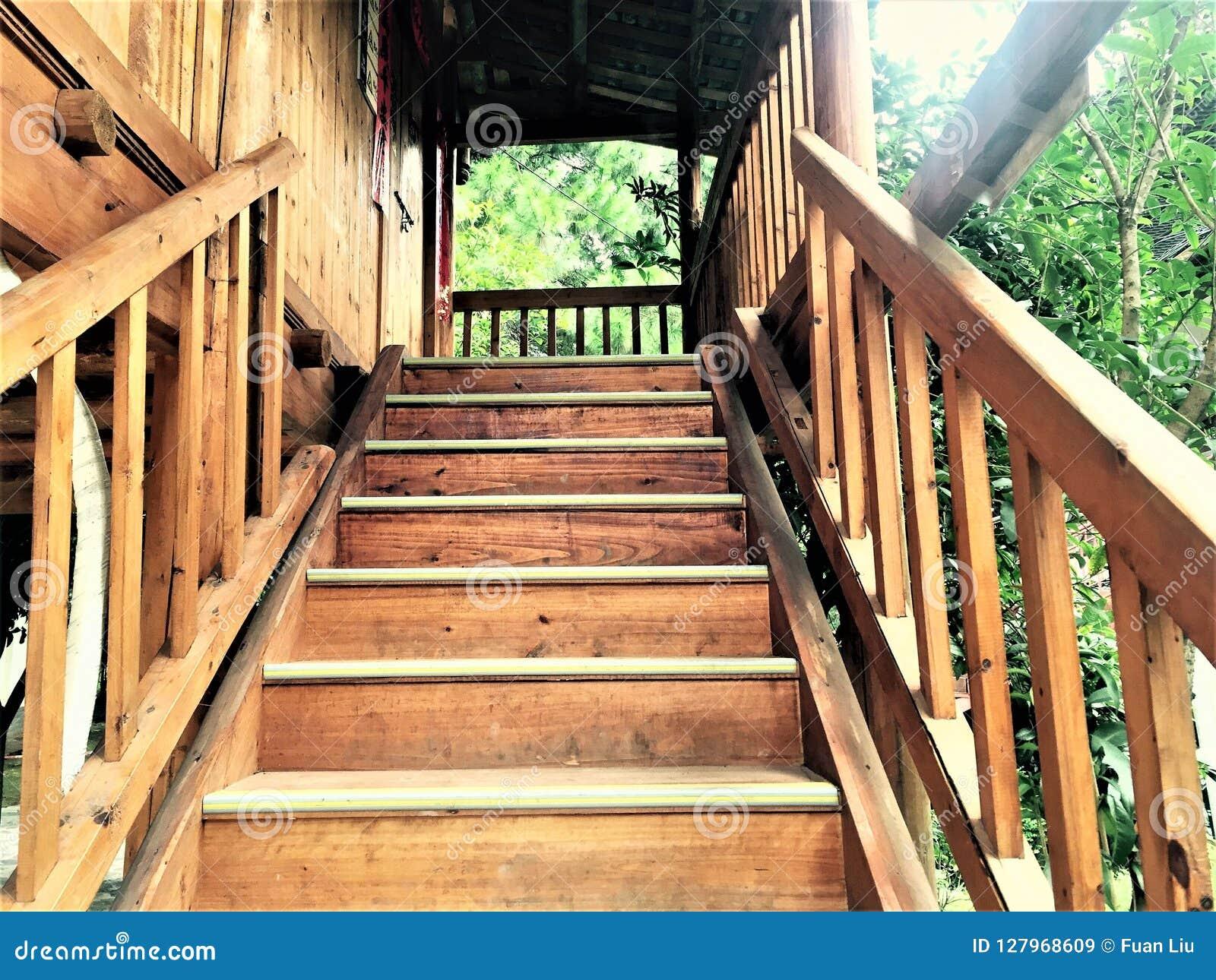 A escadaria de madeira feita inteiramente à mão por minorias chinesas