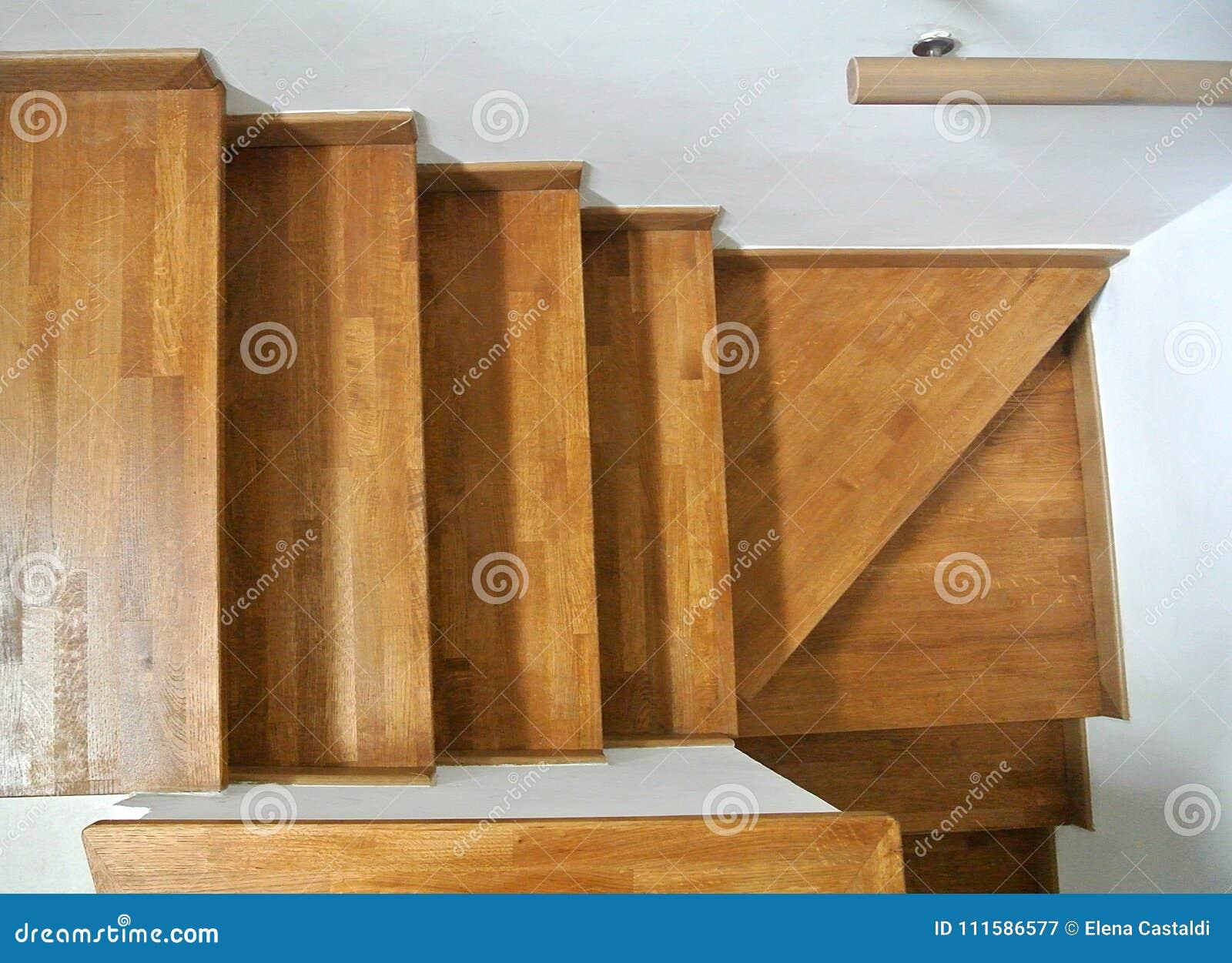Escadaria de madeira interna