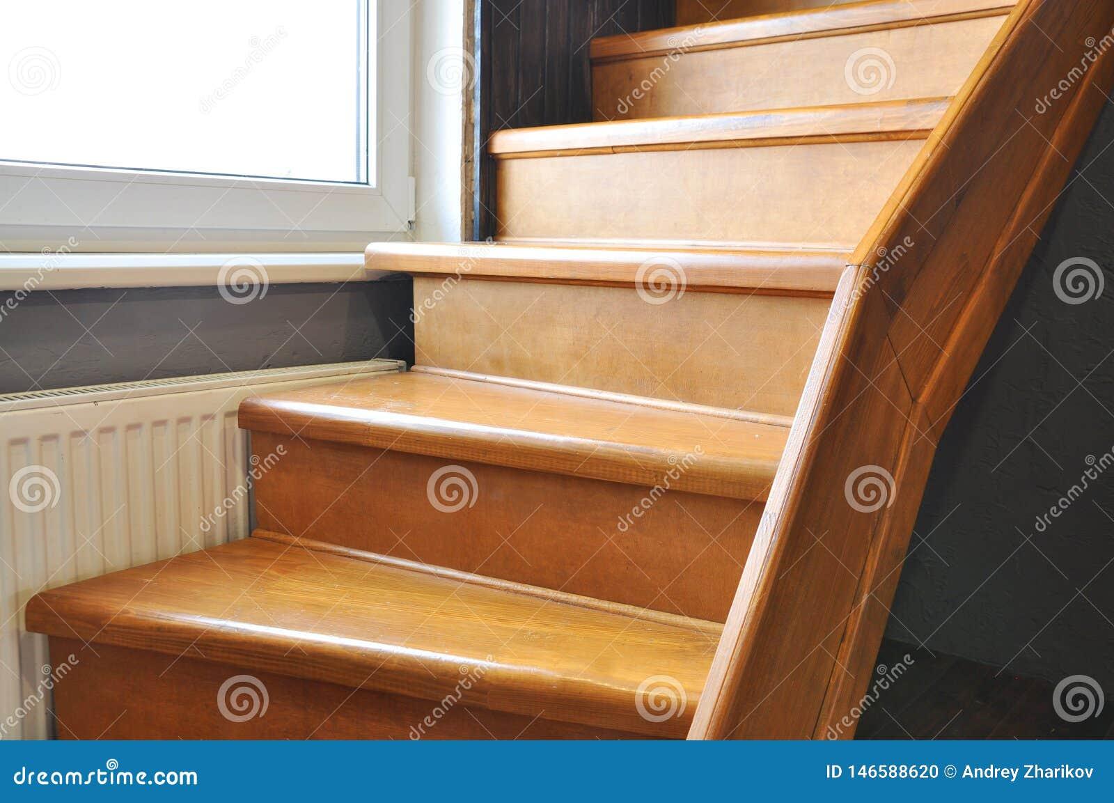 Escadaria de madeira maciça na casa