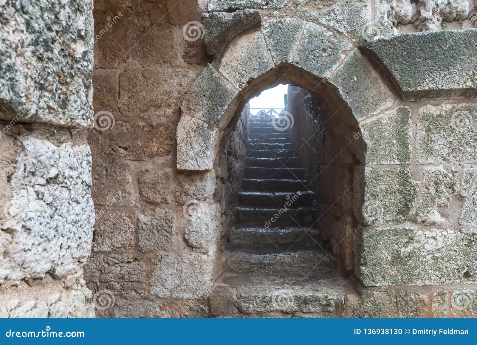 A escadaria de pedra no castelo de Ajloun, igualmente conhecido como Qalat AR-Rabad, é um castelo muçulmano do século XII situado
