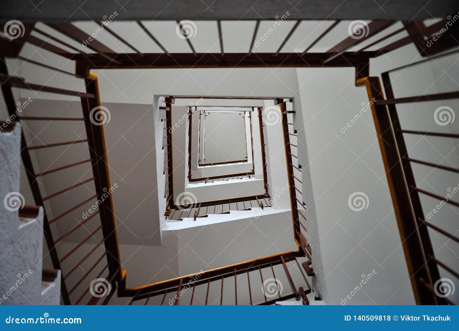 Escadaria em um prédio com trilhos