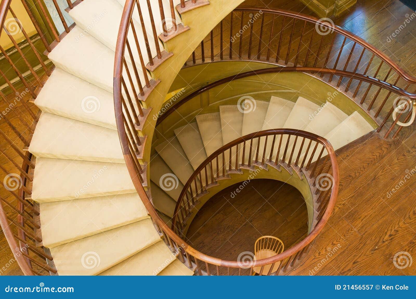 Escadaria espiral de madeira