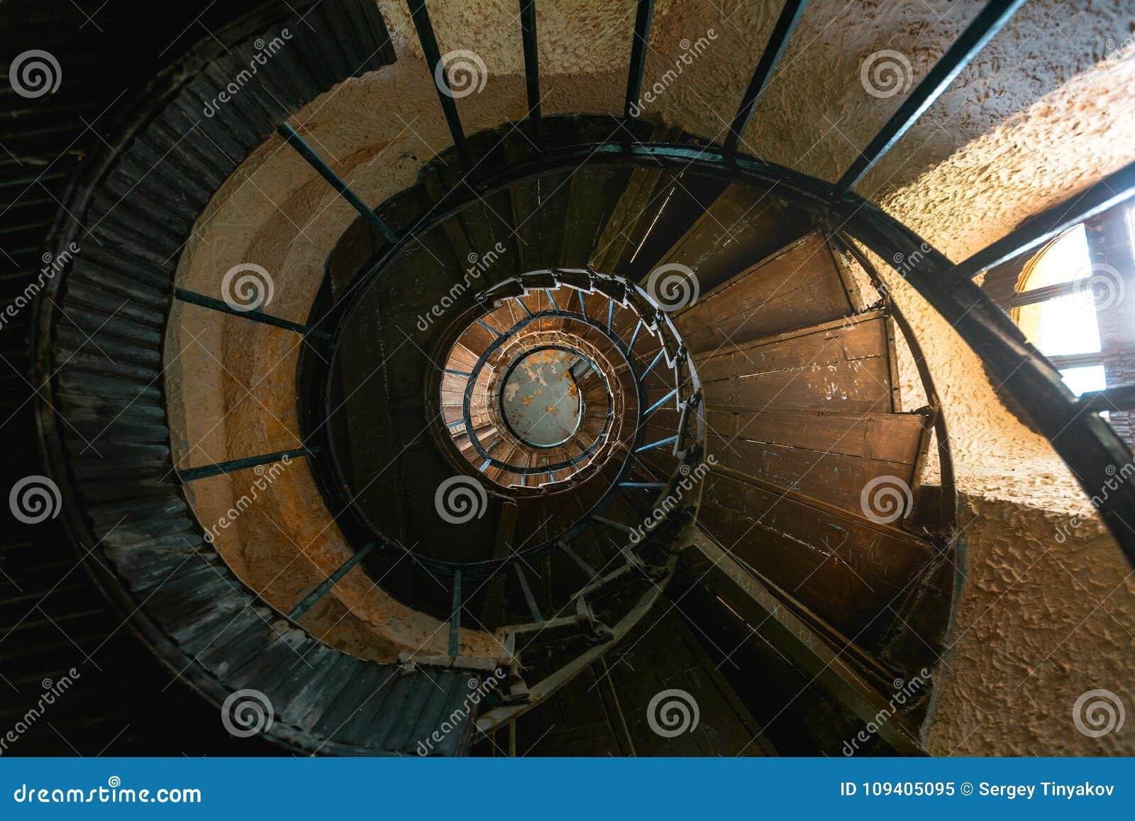 Escadaria espiral do vintage velho na casa de mansão abandonada Vista superior