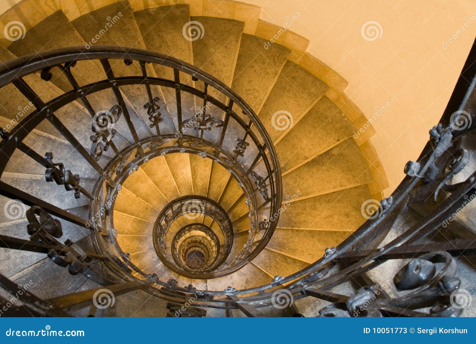Escadaria espiral e etapas de pedra na torre velha