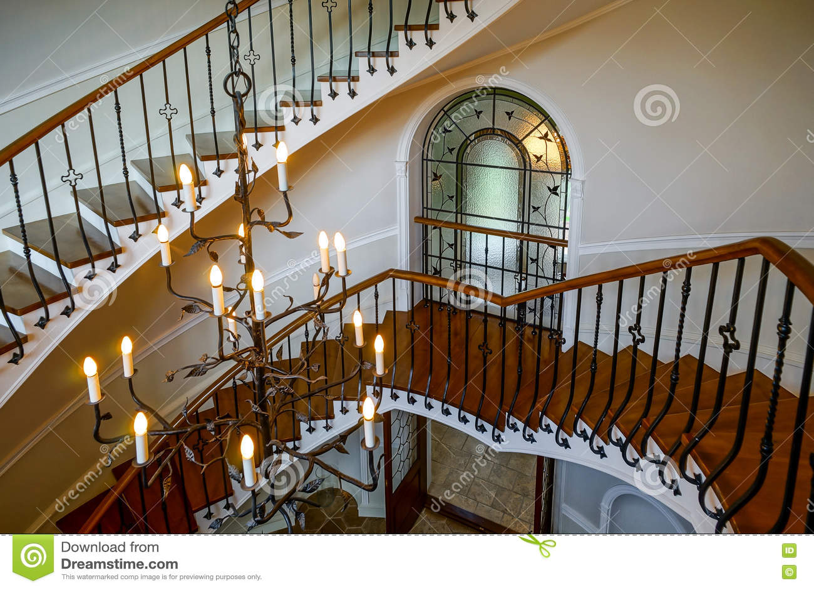 Escadaria espiral velha no estilo clássico do solar do russo