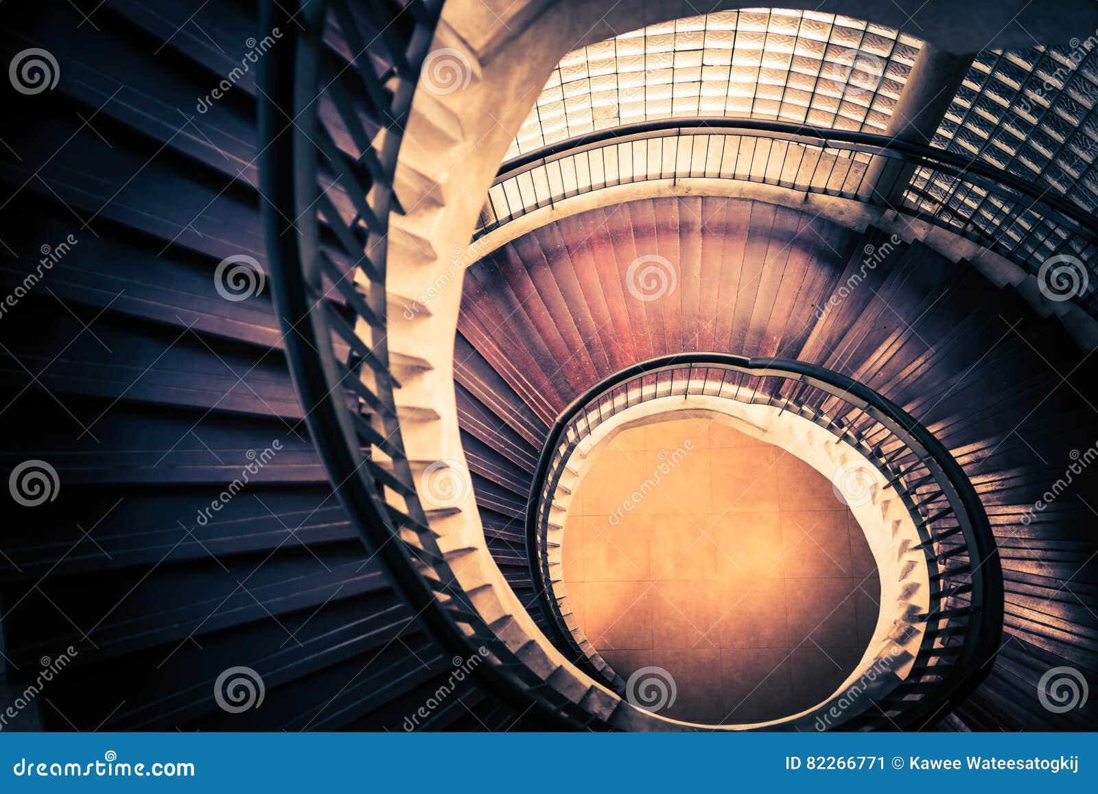 Escadaria na forma da espiral ou do redemoinho, composição da relação de fibonacci, sumário ou conceito dourado da arquitetura, v