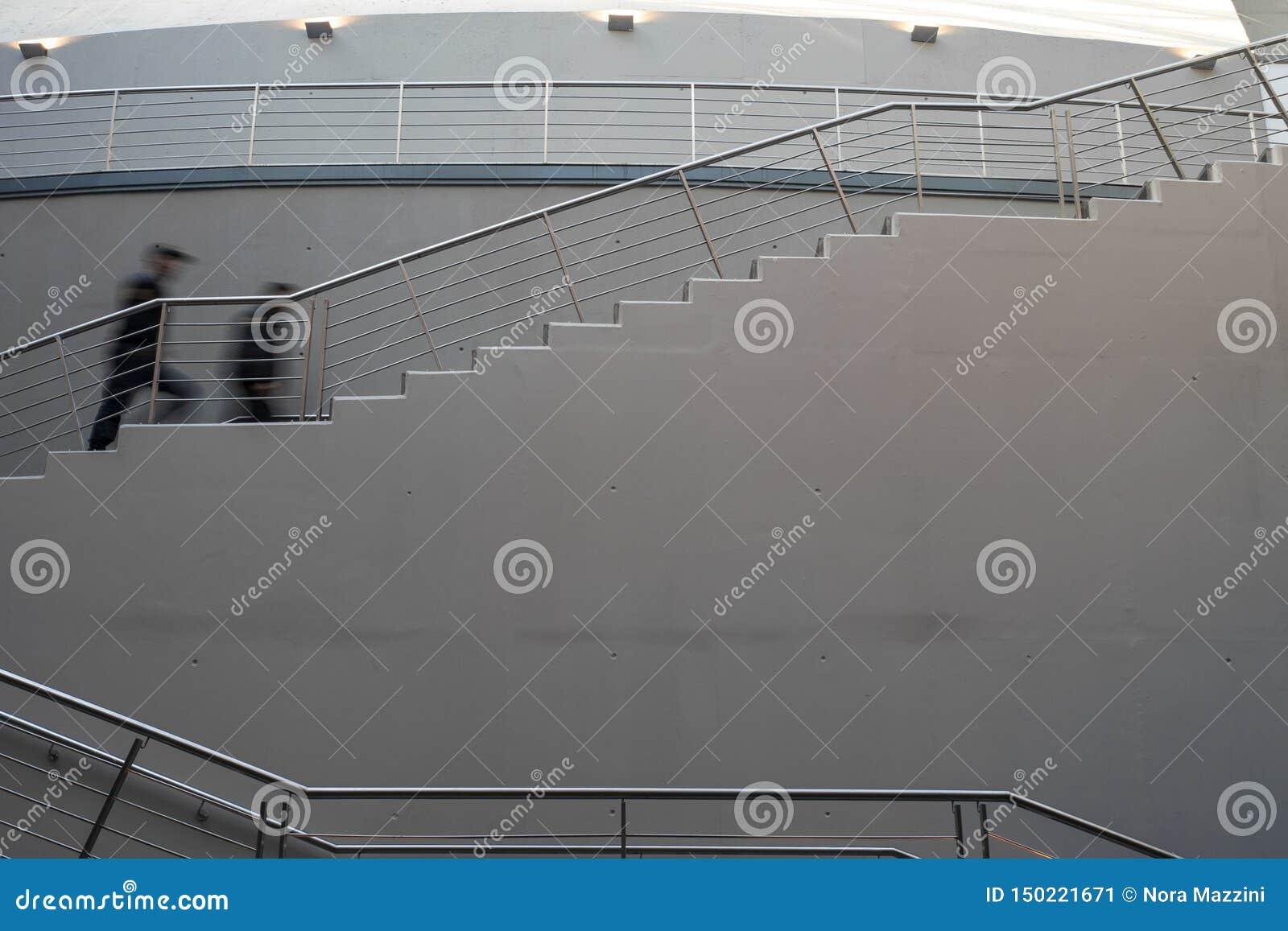 Escadaria no grande salão central no del Arte Cultural Center de Usina, La Boca, Buenos Aires, Argentina Torre denominada italian
