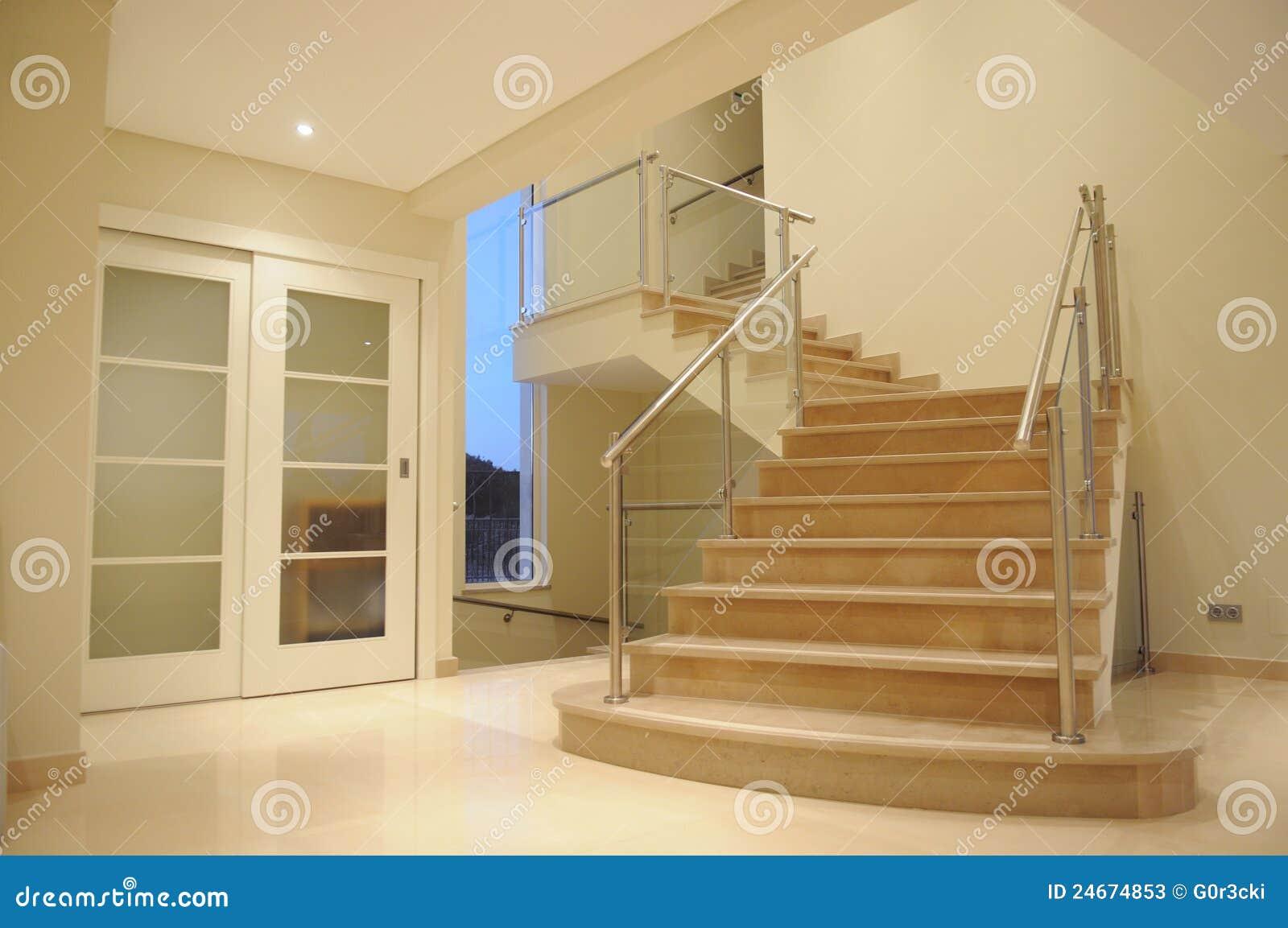 Escadas de pedra do mu00e1rmore branco e cor-de-rosa de uma entrada em ...