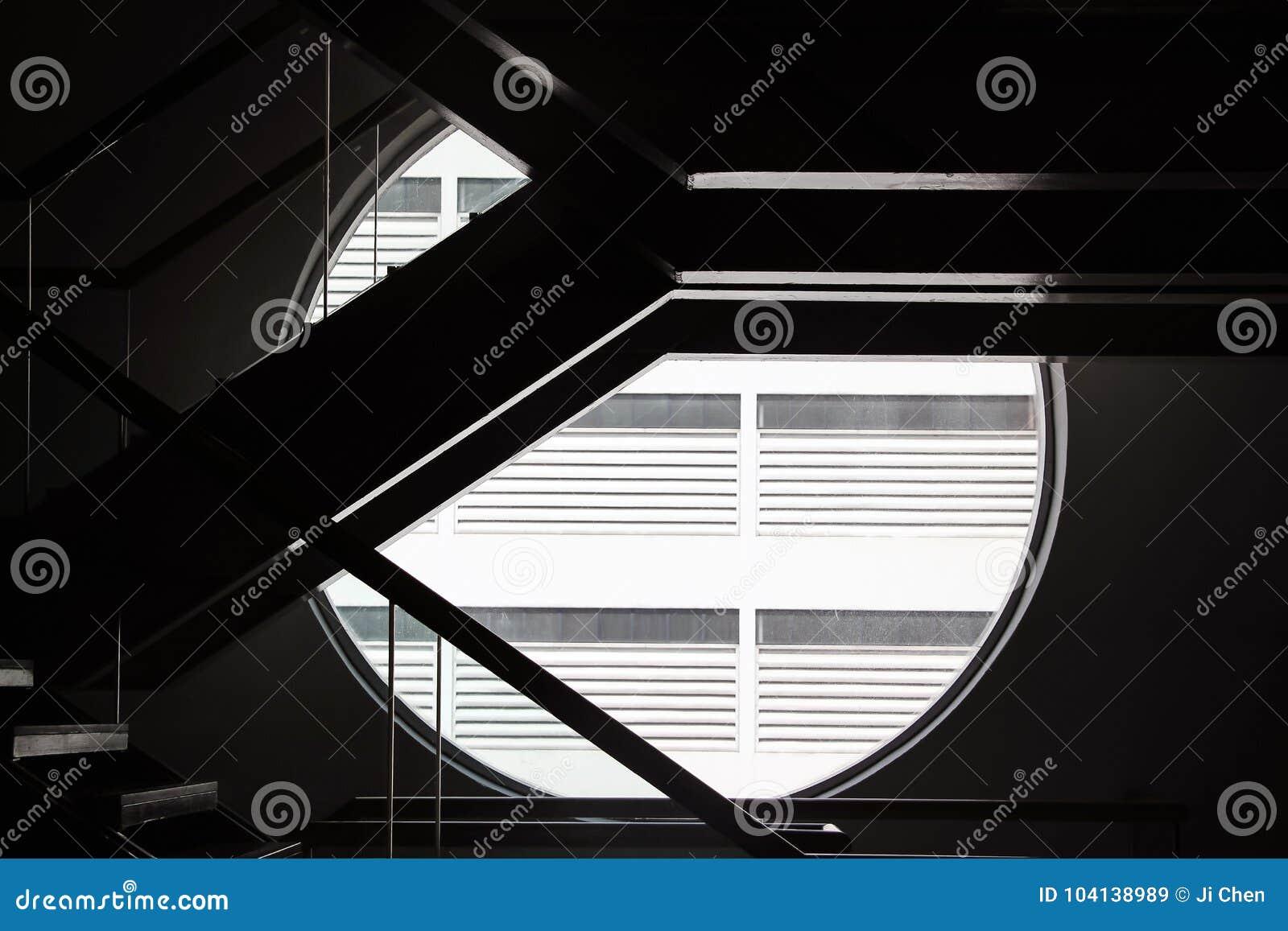 Escadas Com A Janela Redonda Na Escuridão Imagem De Stock Imagem