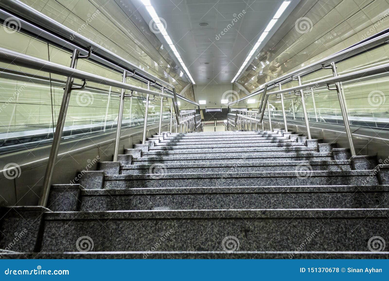Escadas da estação de metro na cidade de Istambul