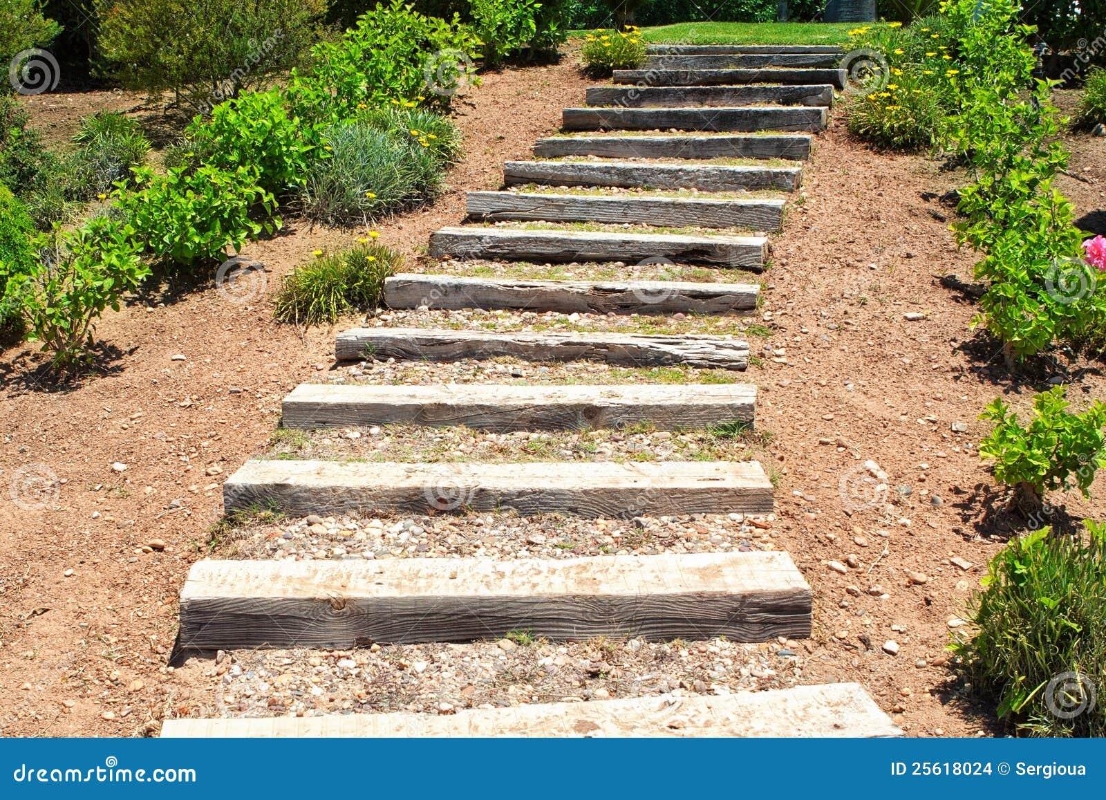 escada jardim madeira:Wooden Garden Stairs