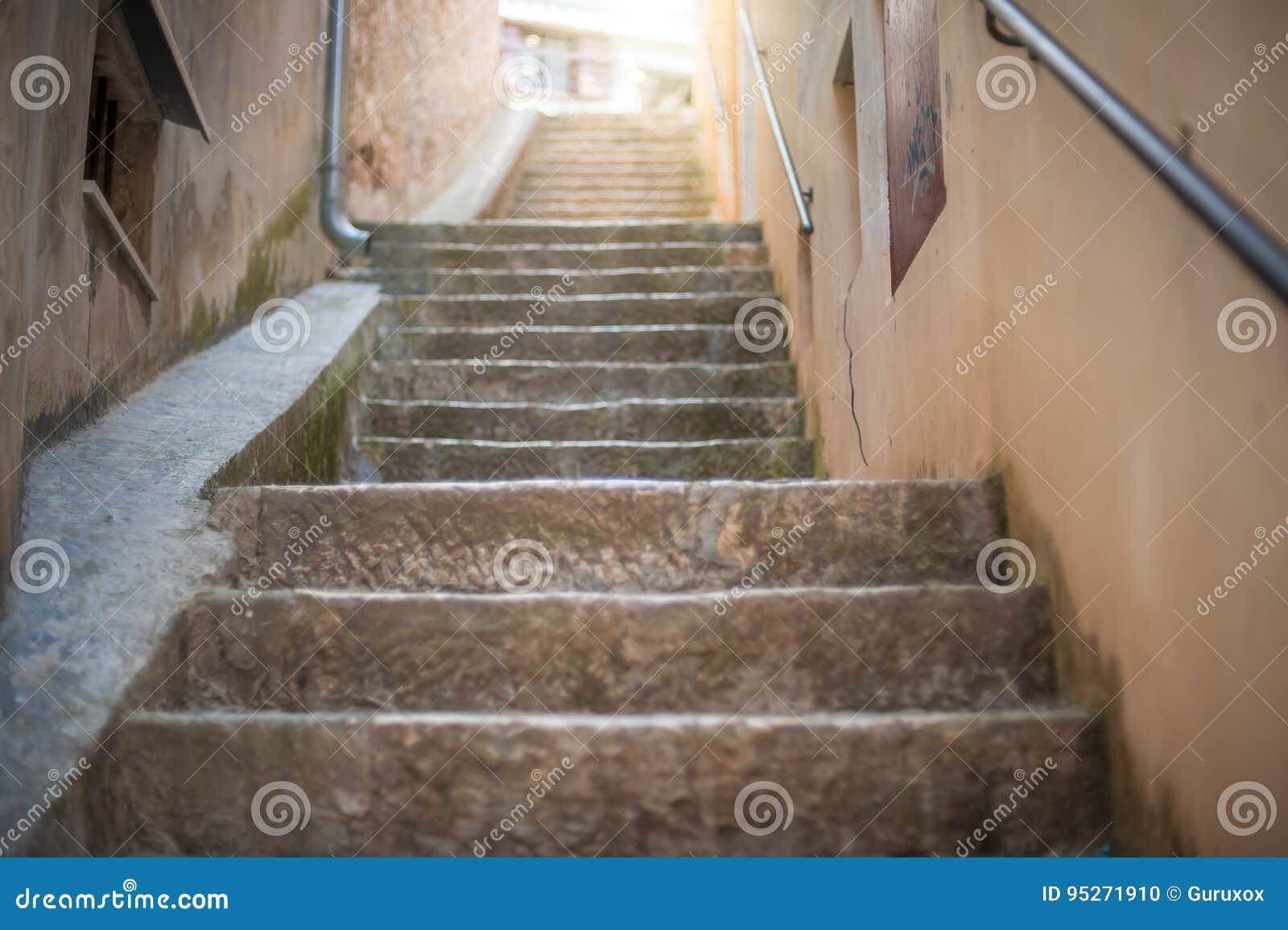 Escadas de pedra estreitas na cidade velha