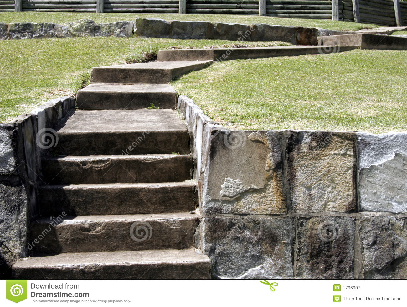 escada de pedra no jardim:Escadas de pedra velhas e um trajeto através de um campo de grama do