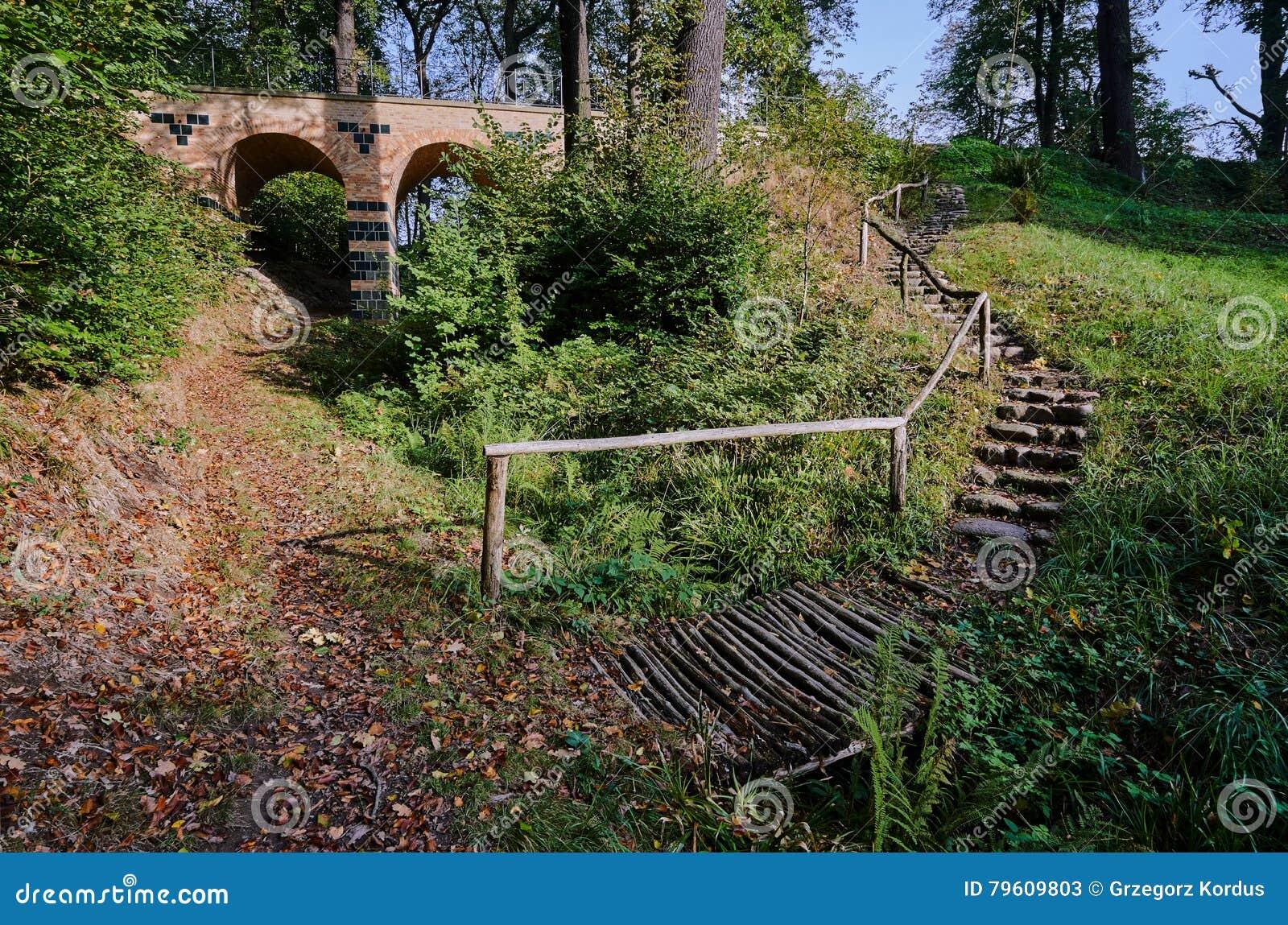 Escadas e viaduto de pedra no parque Muskauer