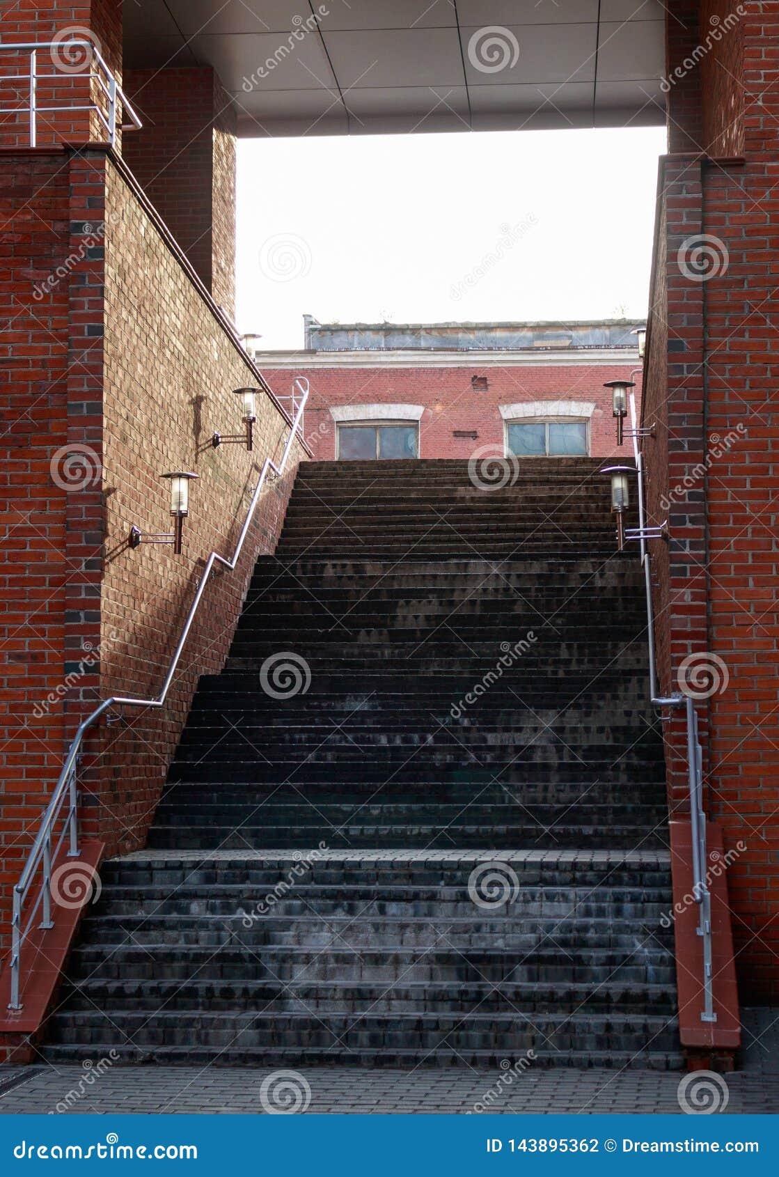 Escadas no arco do tijolo