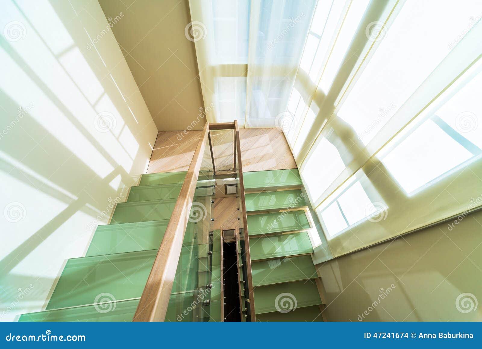 Escadas no interior home moderno