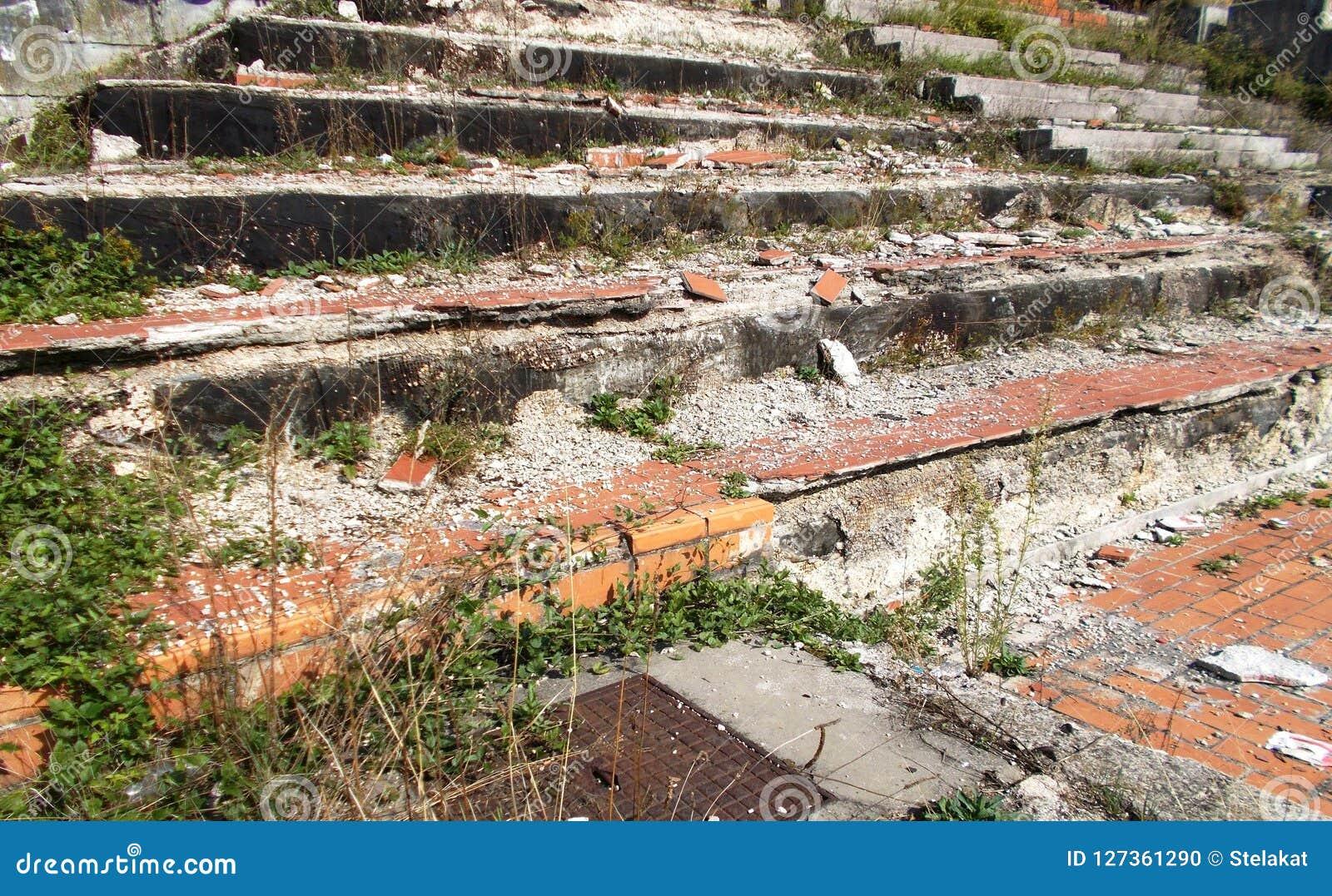 Escadas quebradas velhas