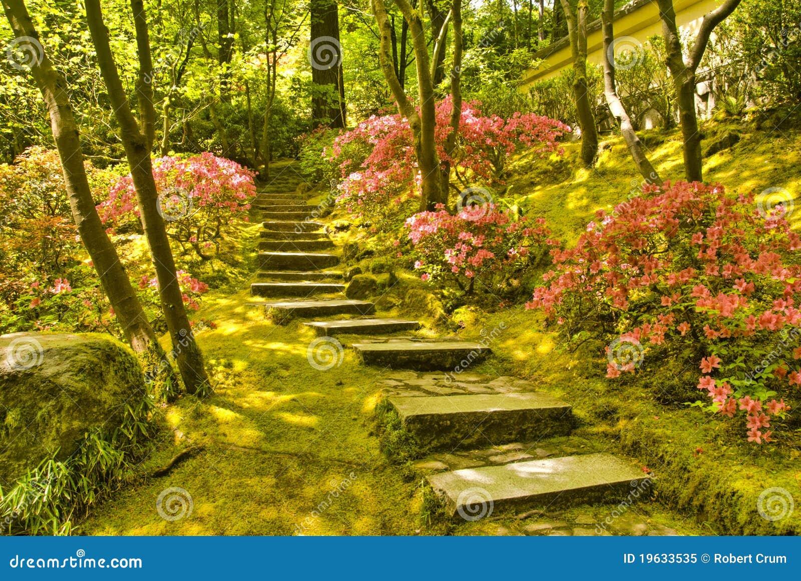 Stairway de pedra rústico no jardim japonês de Portland Oregon