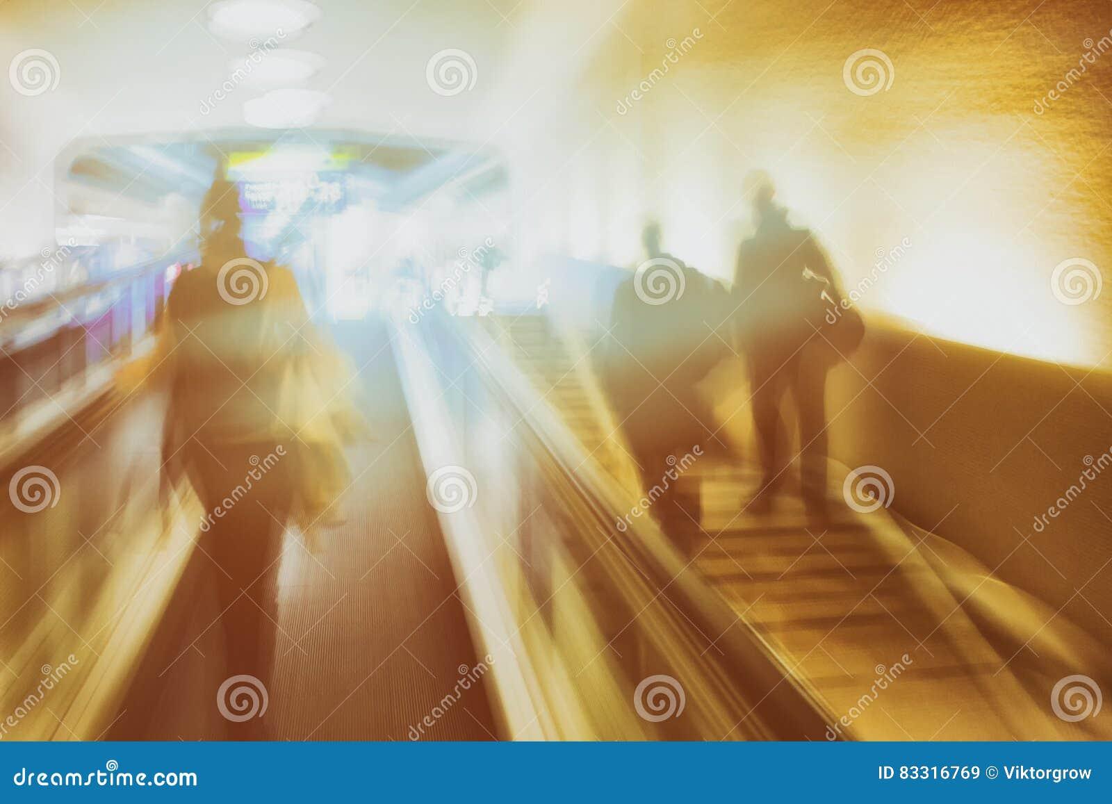 Escadas rolantes e escadas no aeroporto