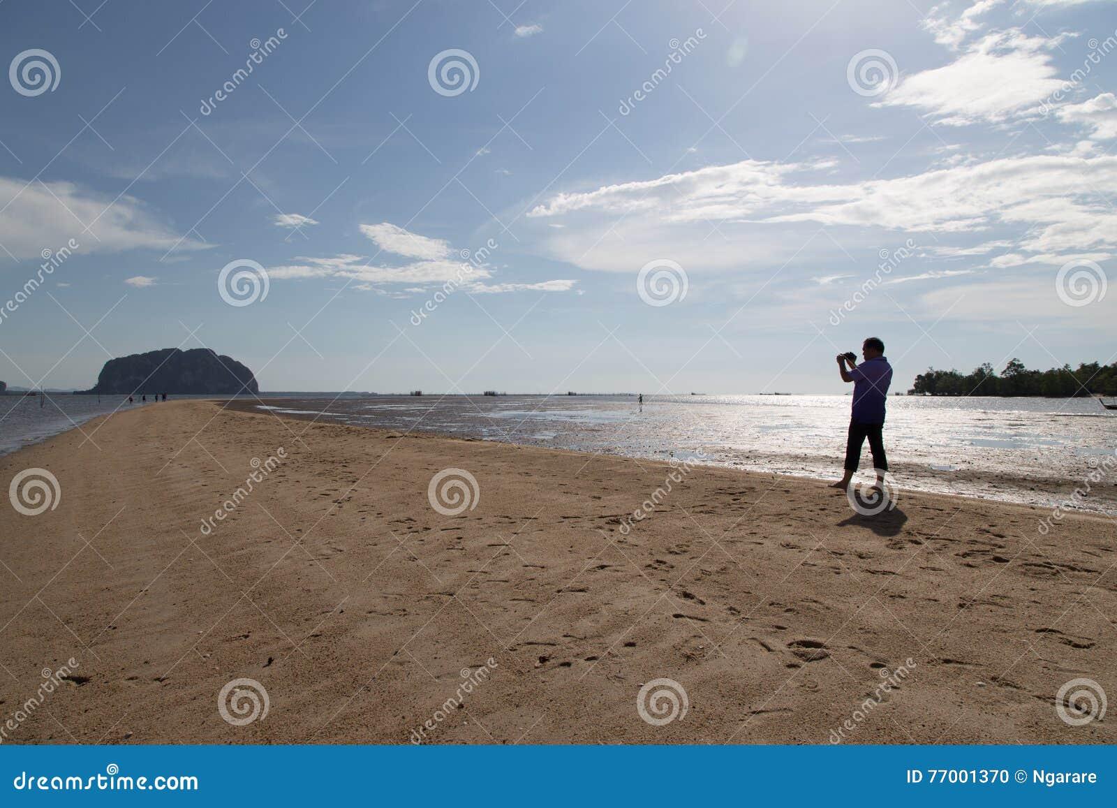 Escala dourada video Dragon Spine Beach do repórter da notícia em Palian de