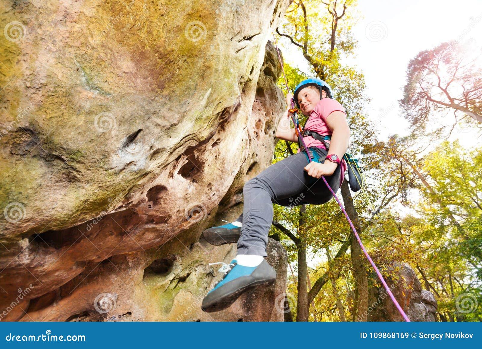 290daf8dd Escalador De Roca Adolescente Que Ejercita En El Día Soleado Imagen ...