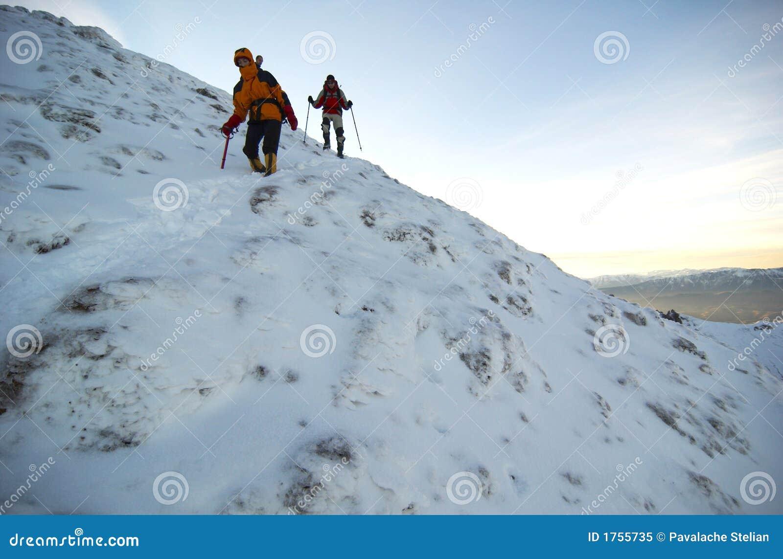 Escaladores de montaña que descienden la montaña.