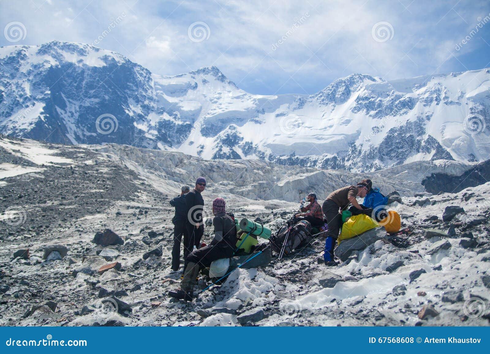 Escaladores en la cumbre de la montaña