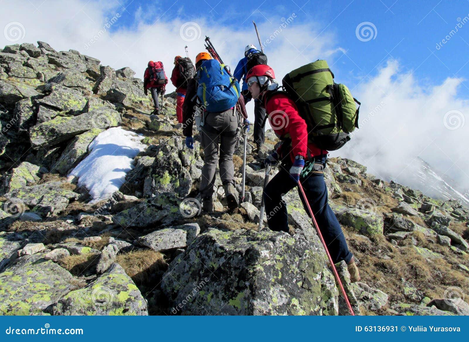 Escaladores en las rocas