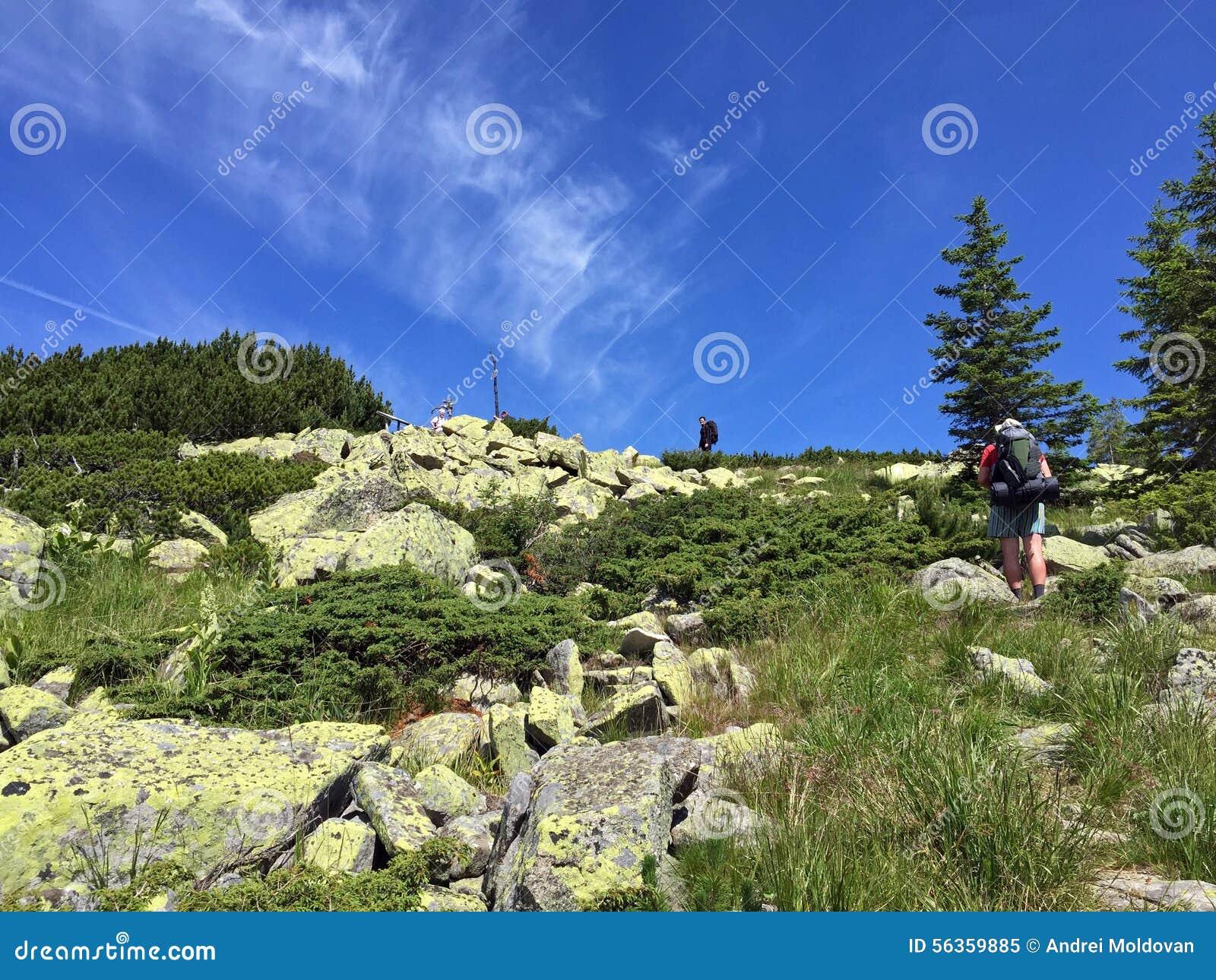 Escaladores que van para arriba la montaña