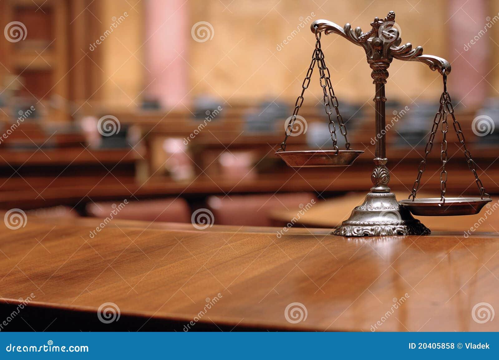 Escalas decorativas de la justicia en la sala de tribunal