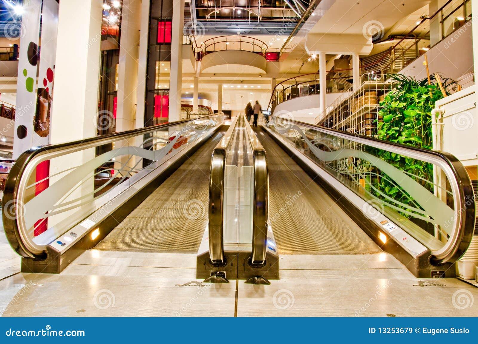 Escalator vide plat dans le centre commercial