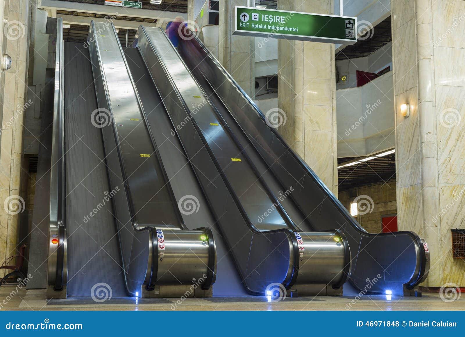 Escalators vides dans la station de métro