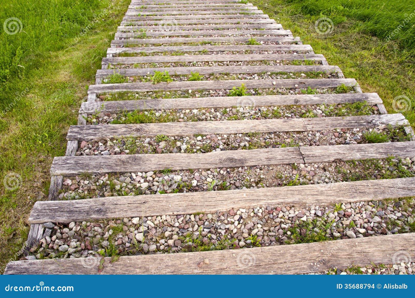 Escalera al aire libre de madera vieja con grava en parque - Escaleras al aire ...