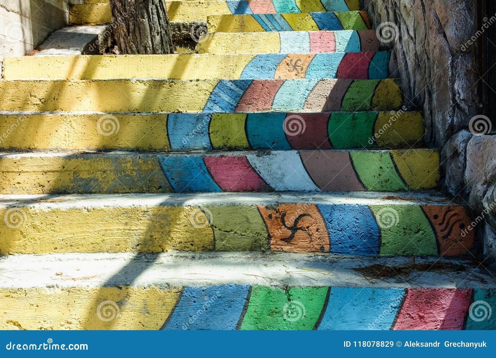 Escalera colorida de diversas de los colores escaleras del arco iris