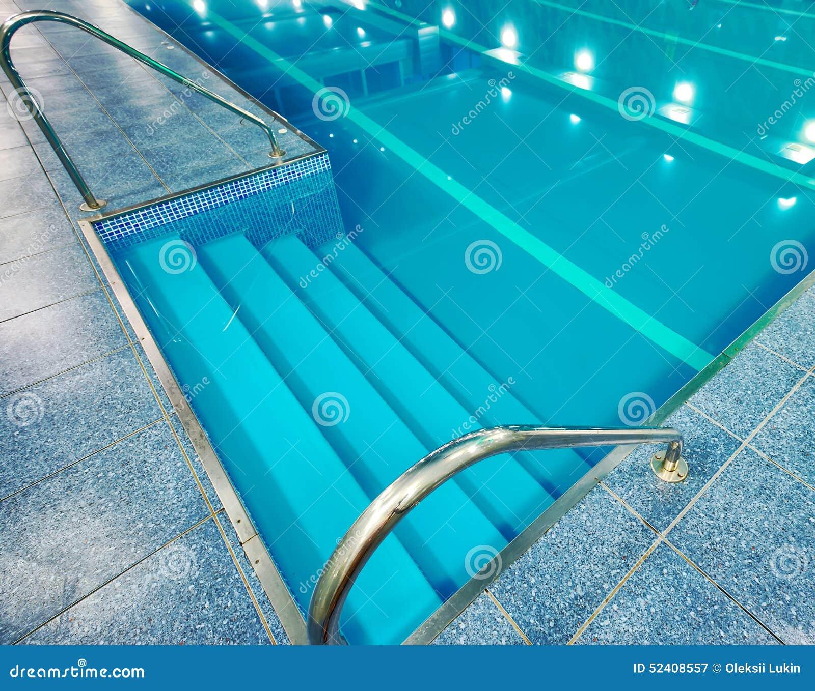 Escalera con las barandillas en la piscina imagen de for Barandilla piscina