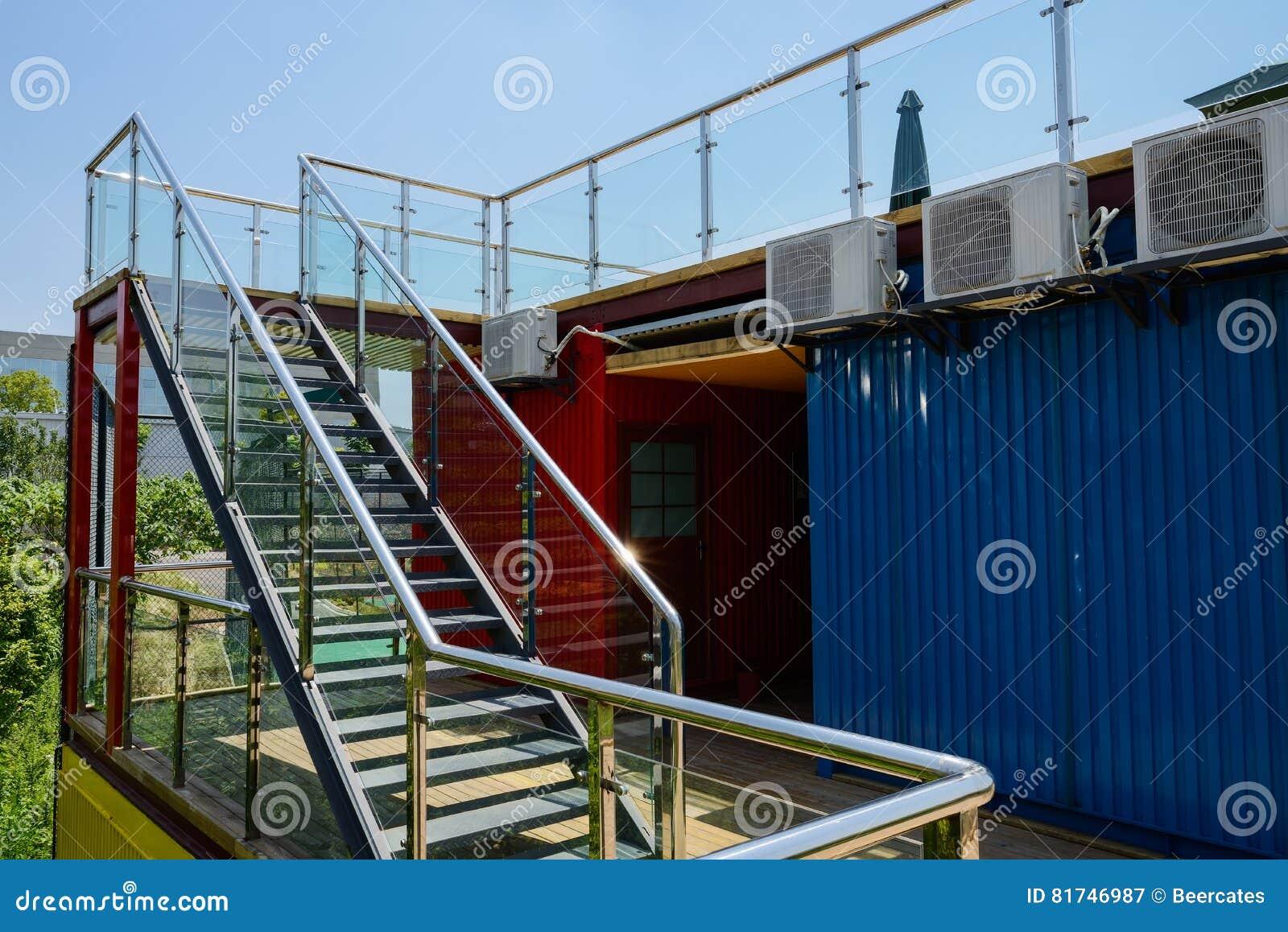 escalera de acero del para cubrir la terraza del envasema
