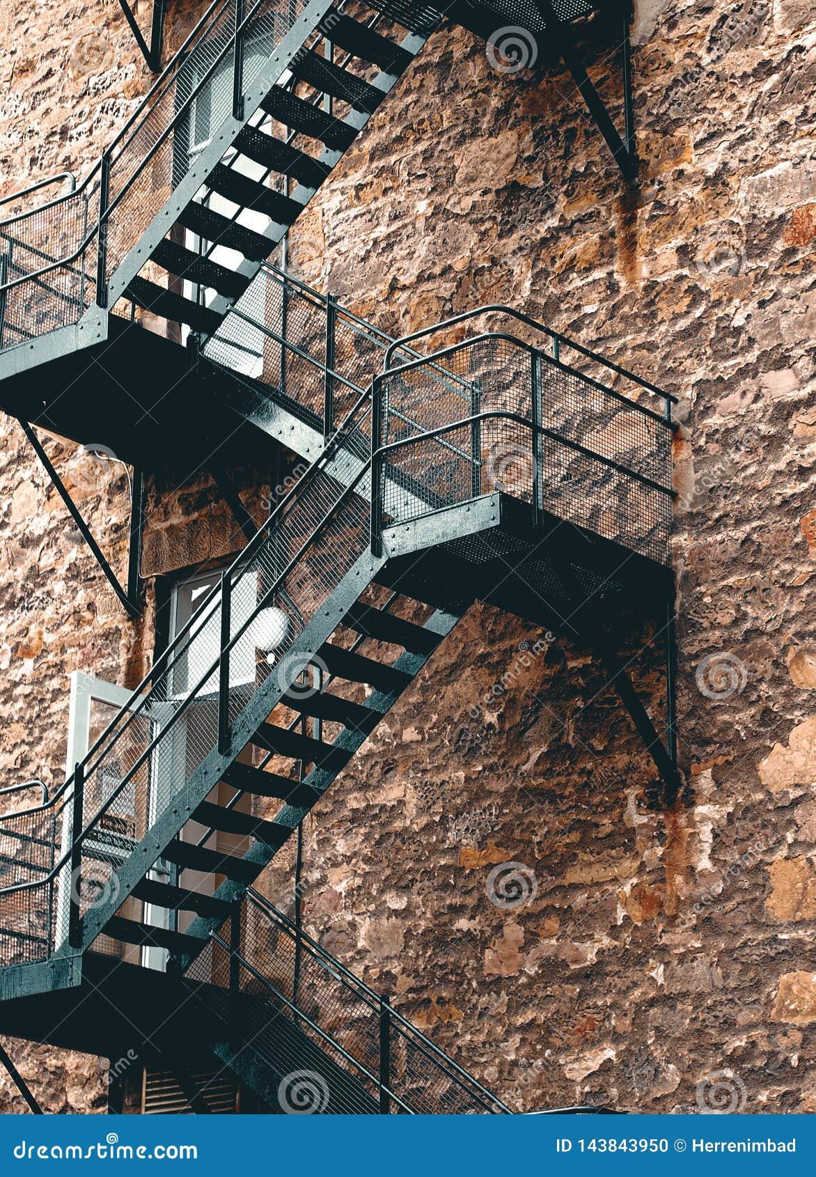 Escalera de acero negra industrial