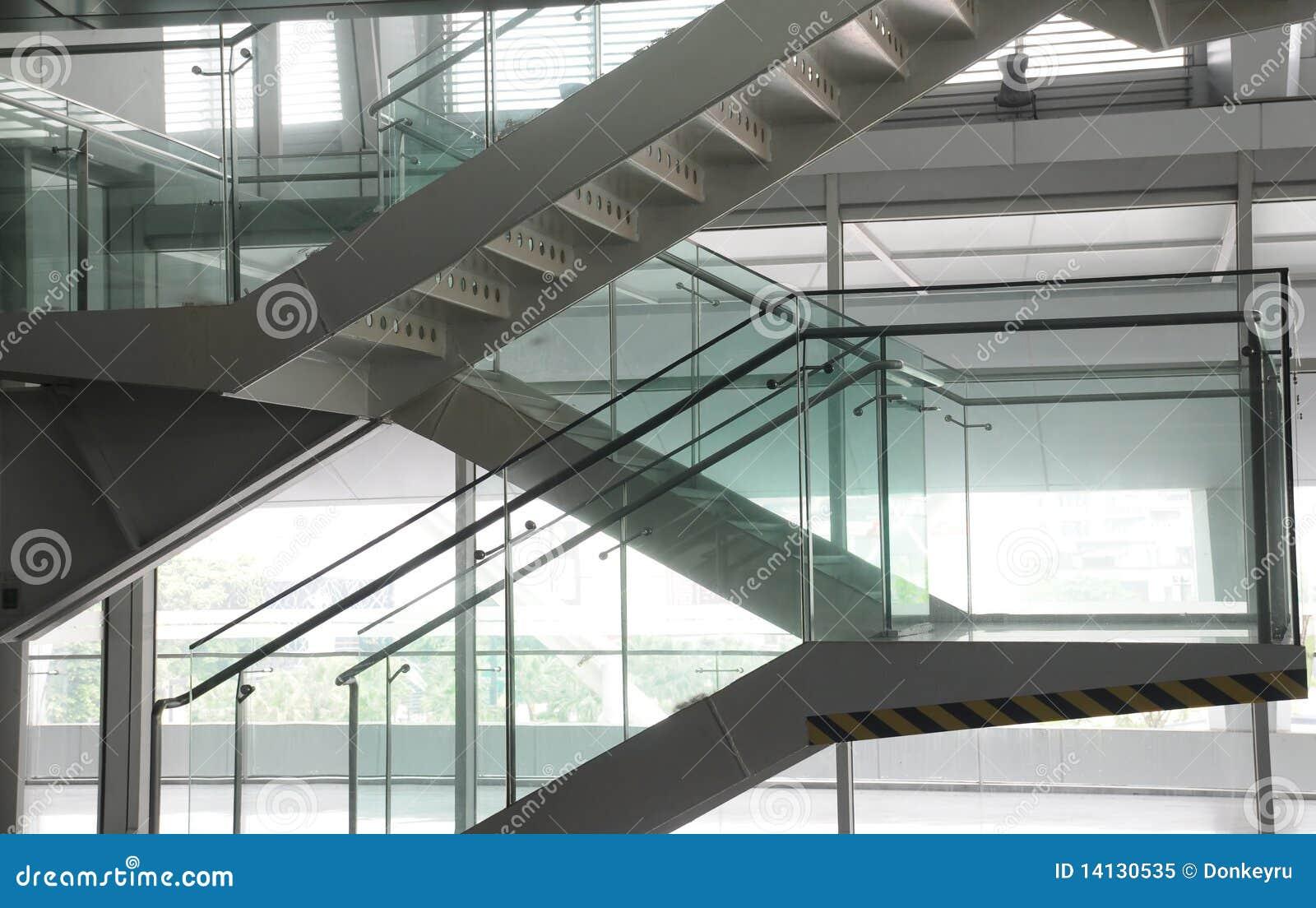 escalera de acero y de cristal foto de archivo libre de regalas