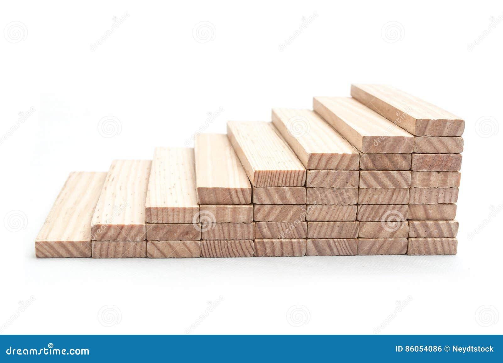 escalera de madera con el ladrillo del jenga en el fondo blanco
