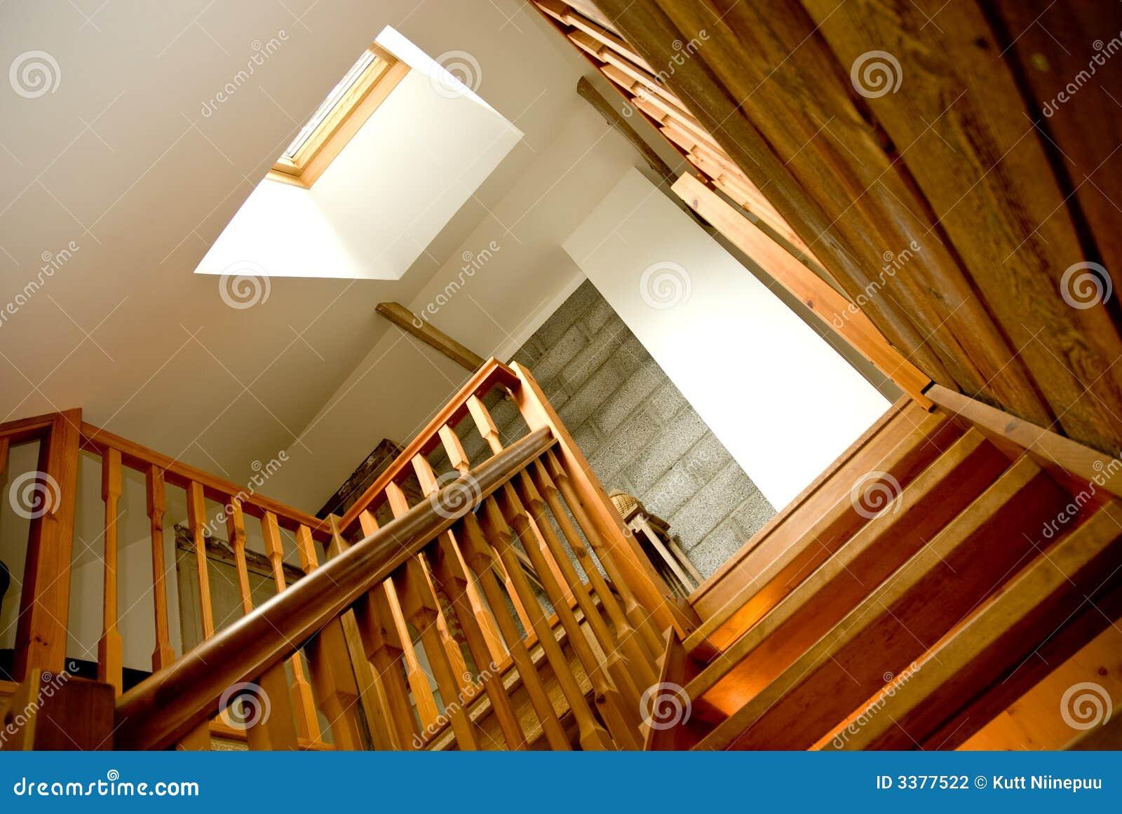 Escalera de madera de interior fotograf a de archivo for Escaleras de interior fotos