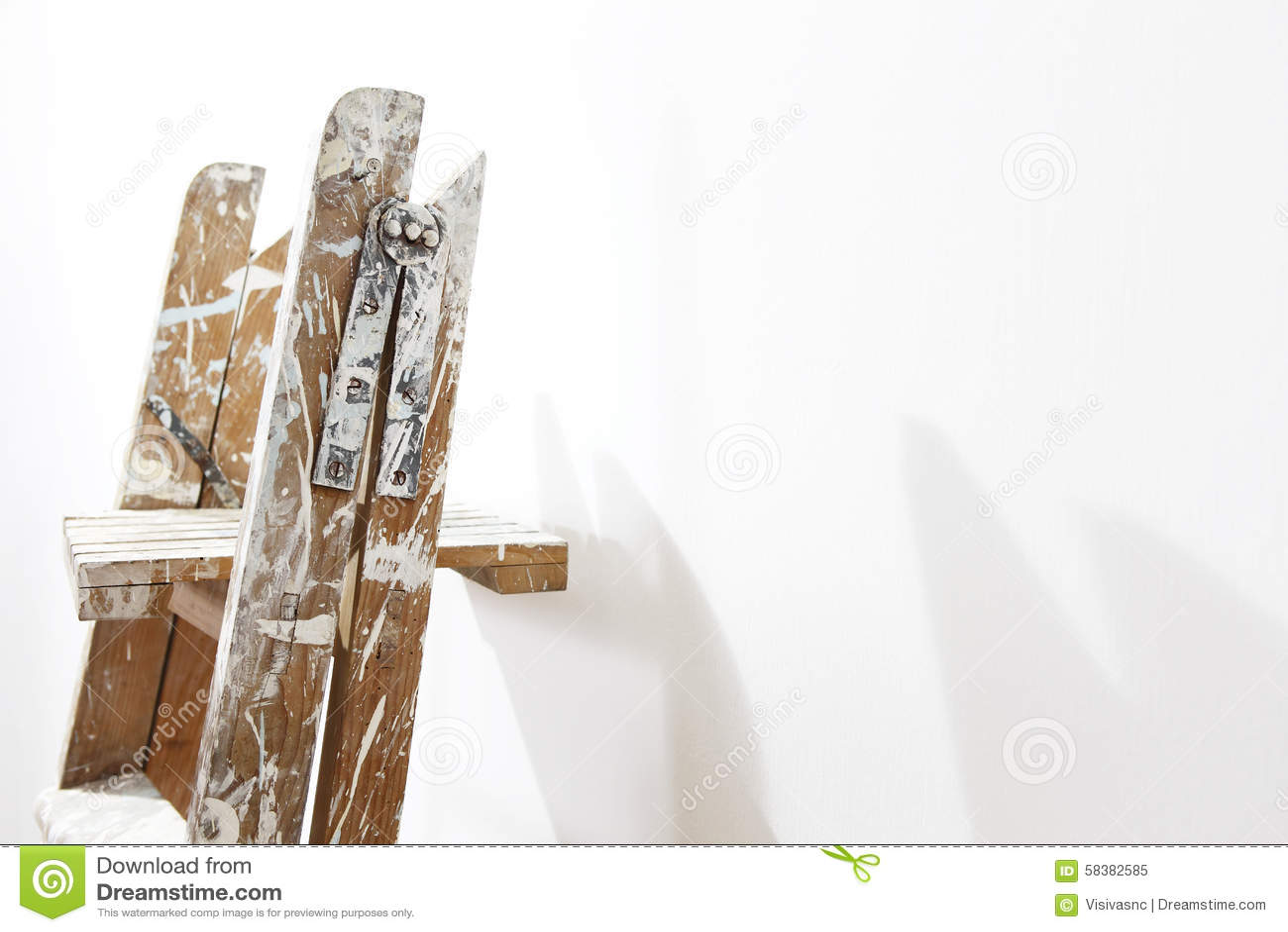 Escalera de madera del pintor pared que se inclina imagen de archivo imagen de vac o fondo - Escalera de pintor de madera ...