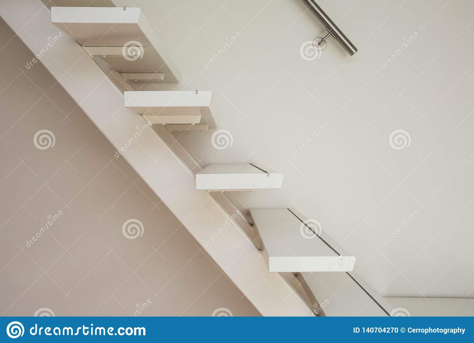 Escalera de madera moderna blanca y primer blanco de la pared