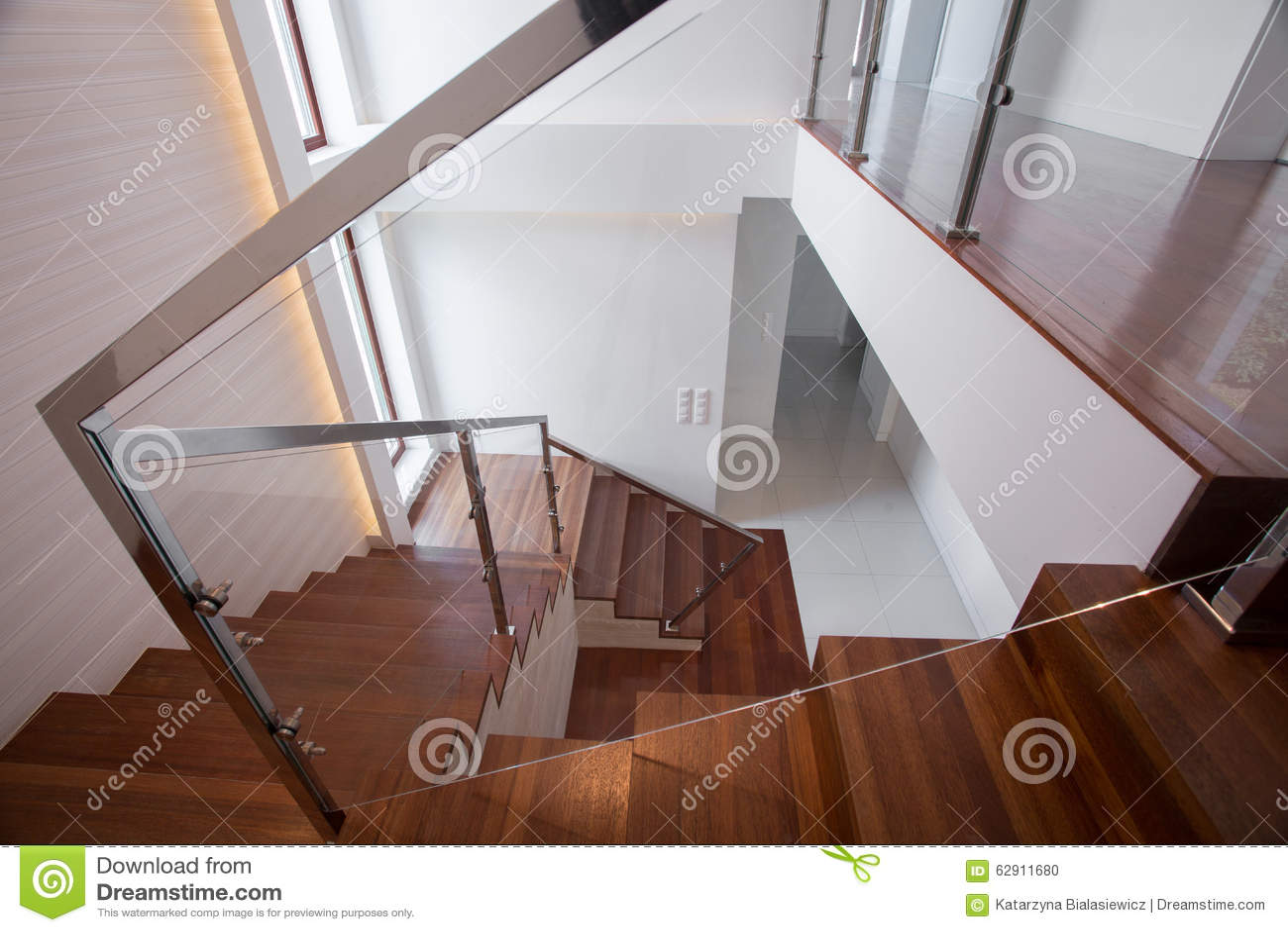 escalera de madera y de cristal moderna
