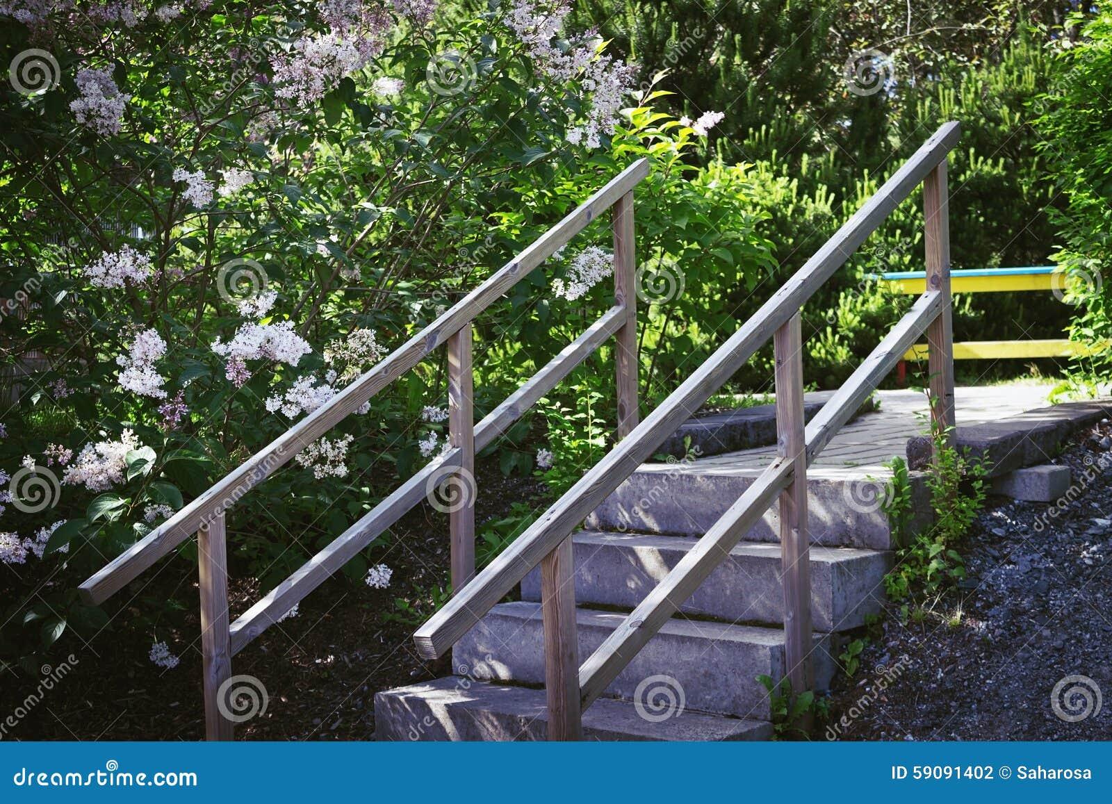 Escalera de piedra con la barandilla de madera foto de - Escalones de piedra ...