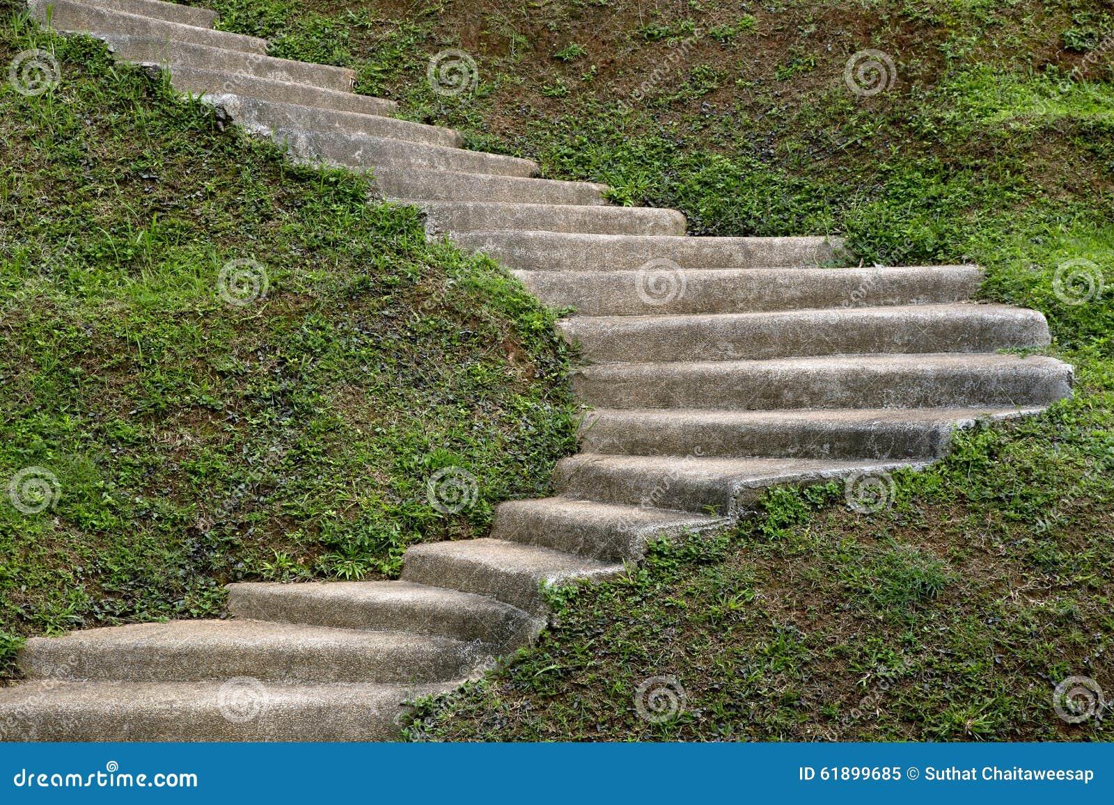 Escalera de piedra del paso en el jard n imagen de archivo for Escaleras para caminar fuera del jardin