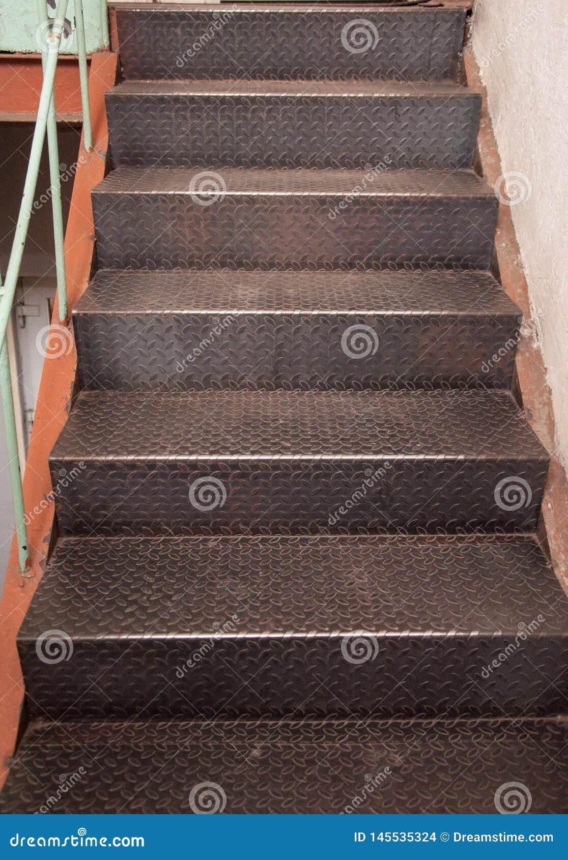 Escalera del hierro Pasos del hierro acanalado