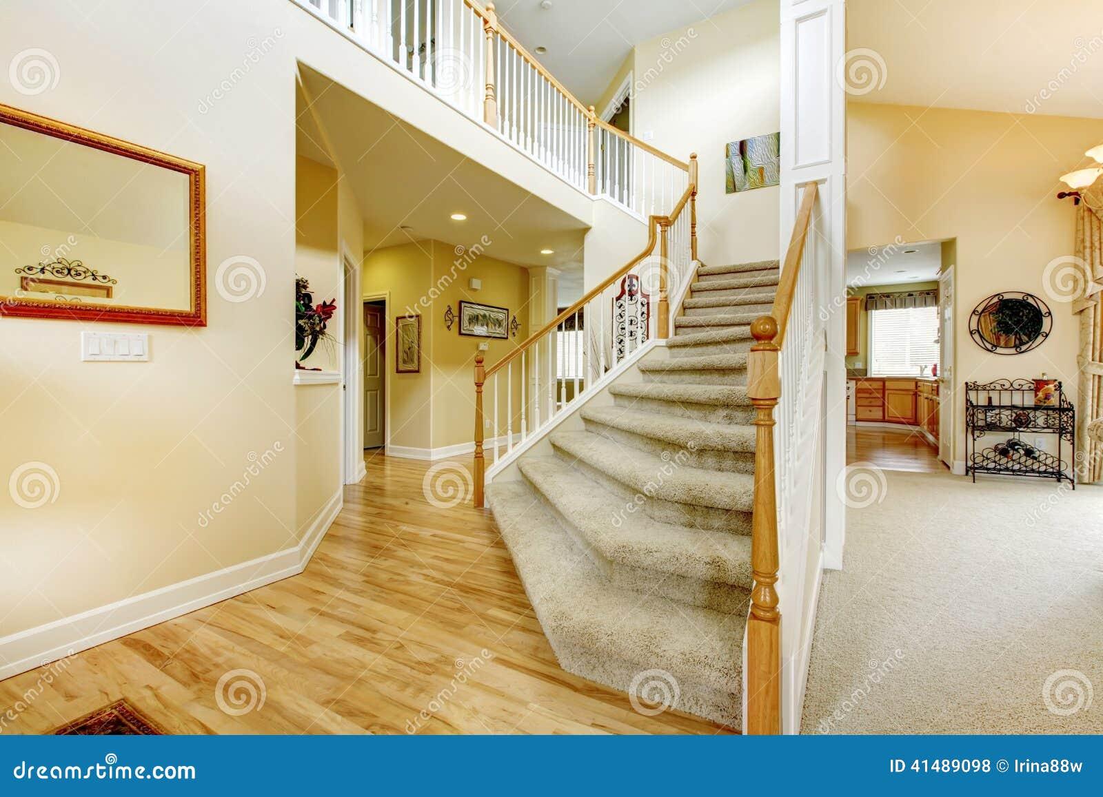 Escalera elegante con las verjas blancas en casa moderna - Escaleras para casas modernas ...