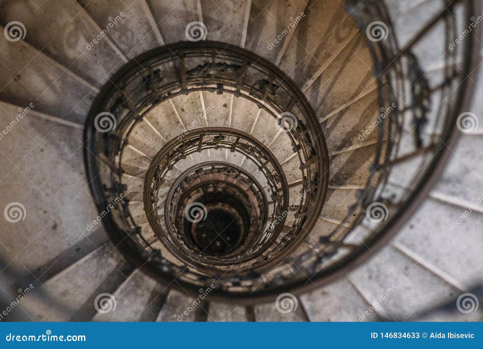 Escalera espiral de la secuencia de Fibonacci en Budapest