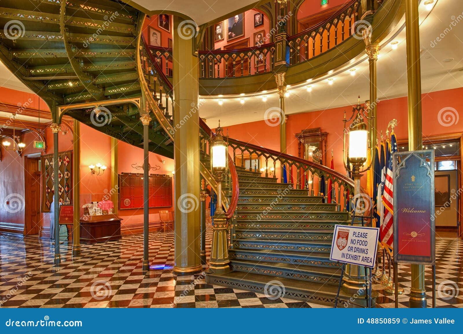 Escalera espiral en el edificio del capitolio del estado de Luisiana en Bato