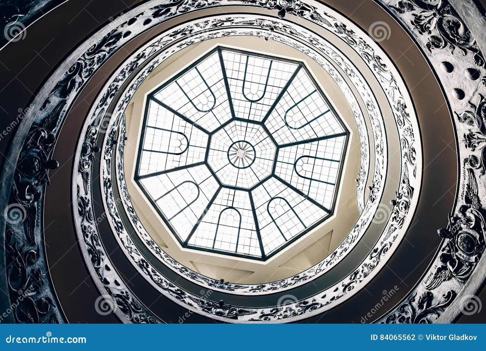 escalera espiral en el museo de vatican italia fotografa editorial